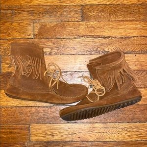 Minnetonka tramper brown suede booties boot fringe